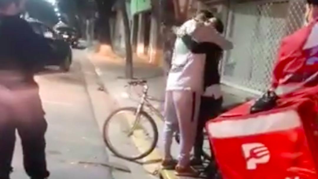 Regalan bicicleta a repartidor