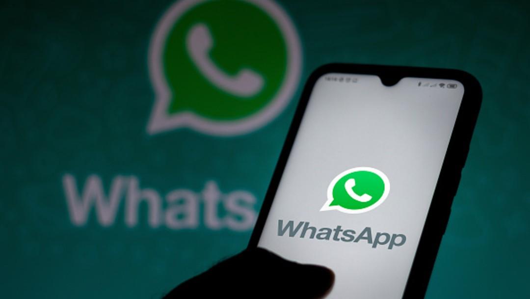 Teléfono celular con imagen de WhatsApp