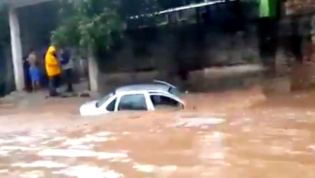 Fuertes lluvias arrastran un vehículo en Pinotepa Nacional, Oaxaca