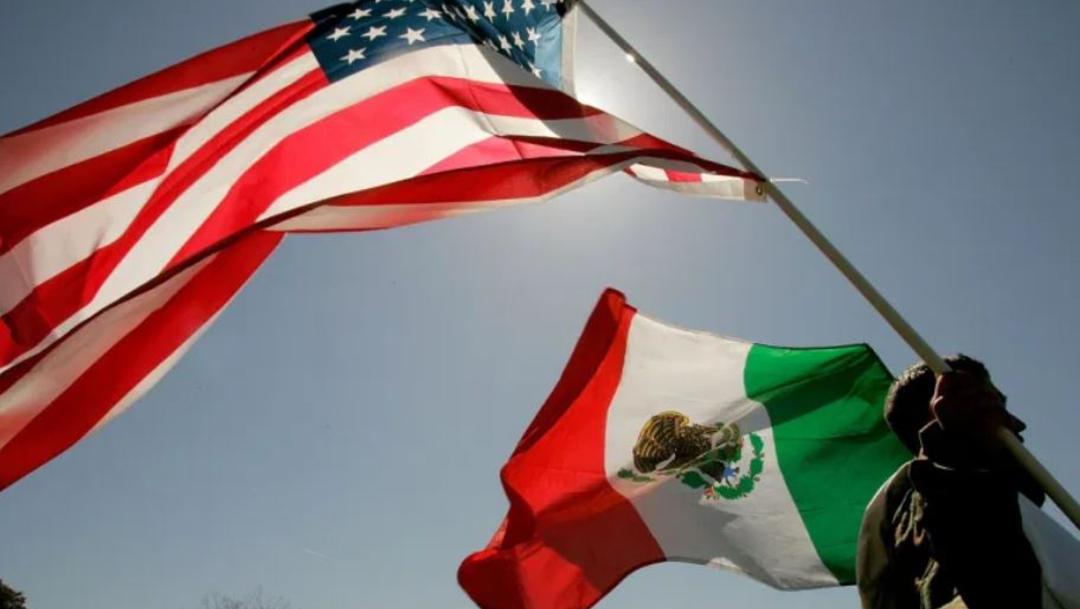 Un hombre carga una bandera de Estados Unidos y otra de México. (Getty Images/Archivo)