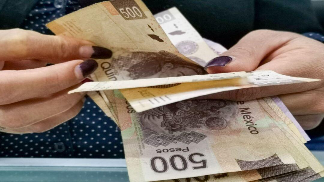 Fotografía que muestra a una mujer contando dinero. (Cuartoscuro, archivo)