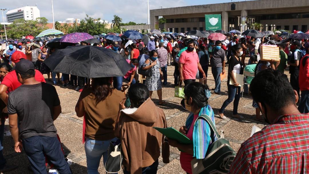 Damnificados hacen largas filas en Tabasco para recibir ayuda, temen nueva crecida de ríos