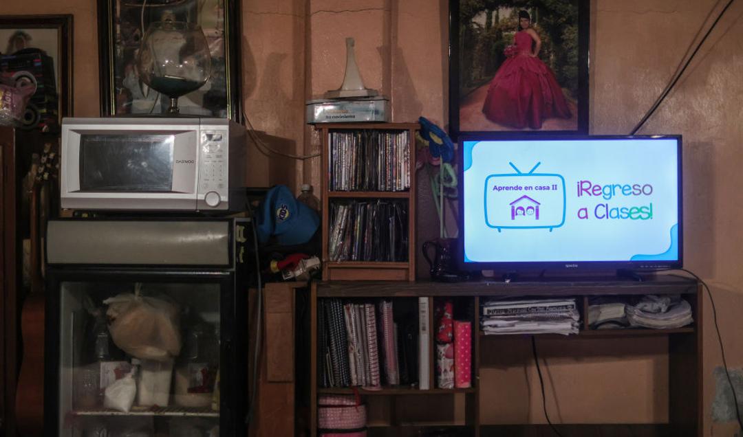Maestra de Hidalgo consigue televisores para sus alumnos