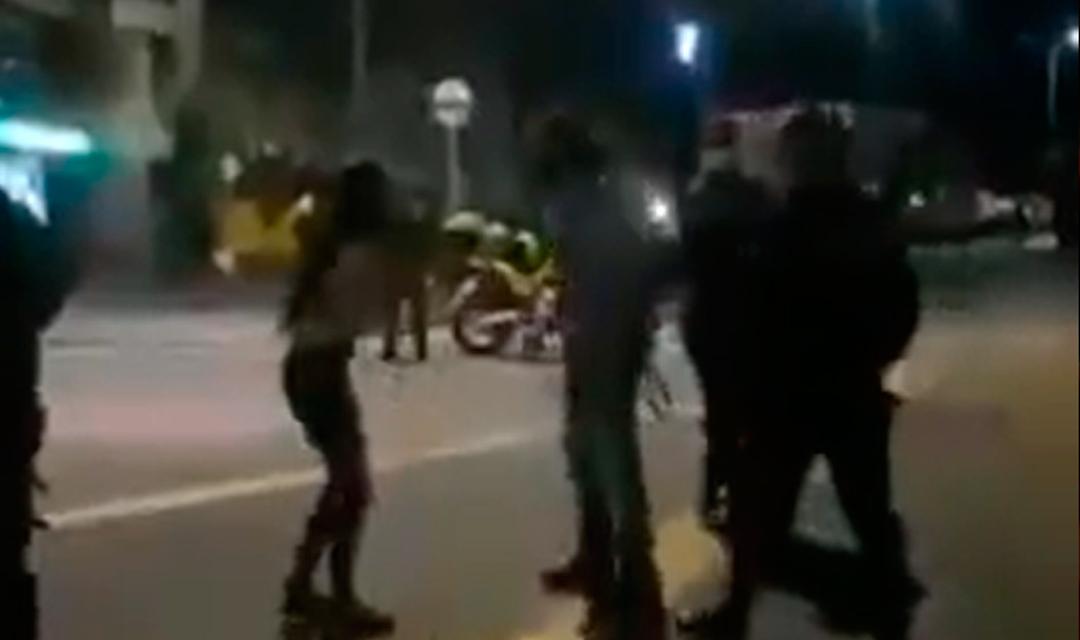 A cinturonazos, un padre sacó de protesta a su hija en Colombia