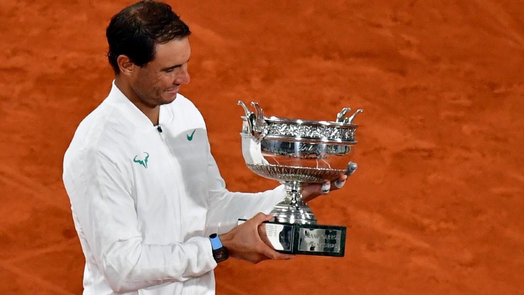 Rafael Nadal sostiene su trofeo tras ganarle a Novak Djokovic en el Roland Garros. (Foto: EFE)