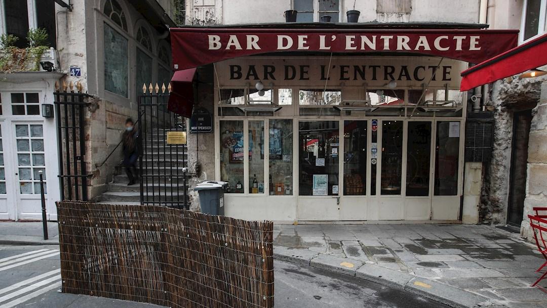 La capital francesa pierde una de sus estampas típicas: las pequeñas mesas de restaurantes apretujadas en las aceras y con los clientes comiendo codo con codo