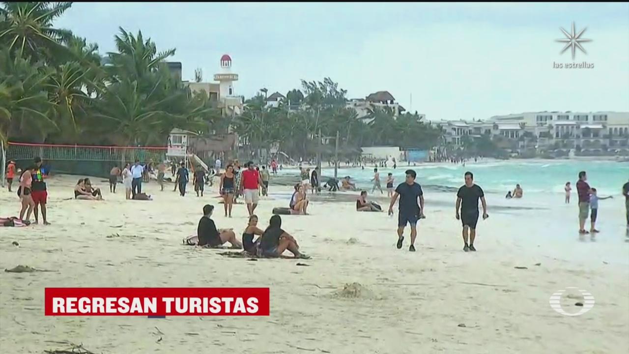 turistas regresan a las playas de cancun y playa del carmen