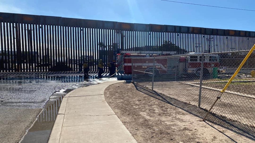 Bomberos de Calexico cruzan muro fronterizo con manguera y apoyan durante incendio en Mexicali