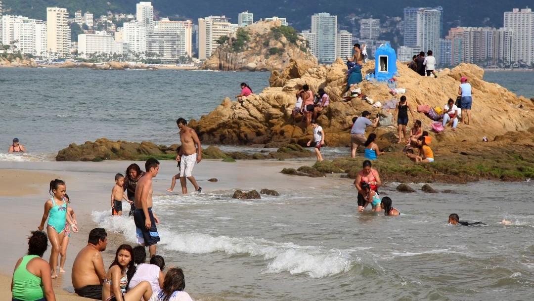 Cientos de turistas llegan a Acapulco para pasar último puente del año