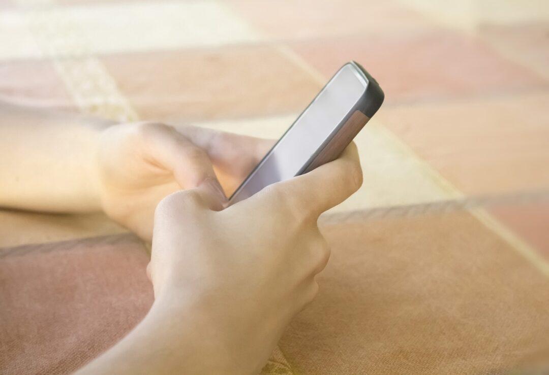 Senador propone edad mínima de 15 años para redes sociales