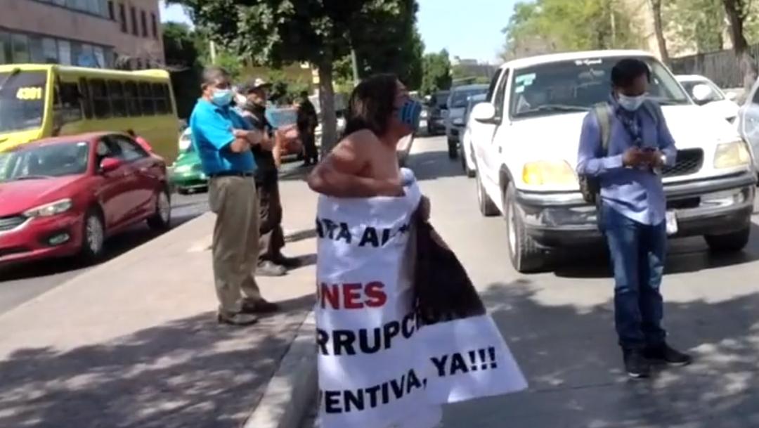 Una madre se desnudó frente a la Fiscalía de San Luis Potosí para exigir se aclaré el asesinato de su hijo Alan