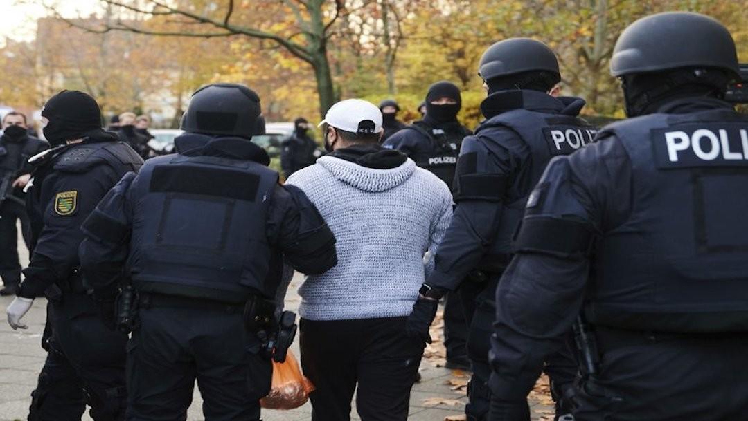 Más de mil policías hacen cateos en Berlín y arrestan a dos por robo de joyas en Dresde