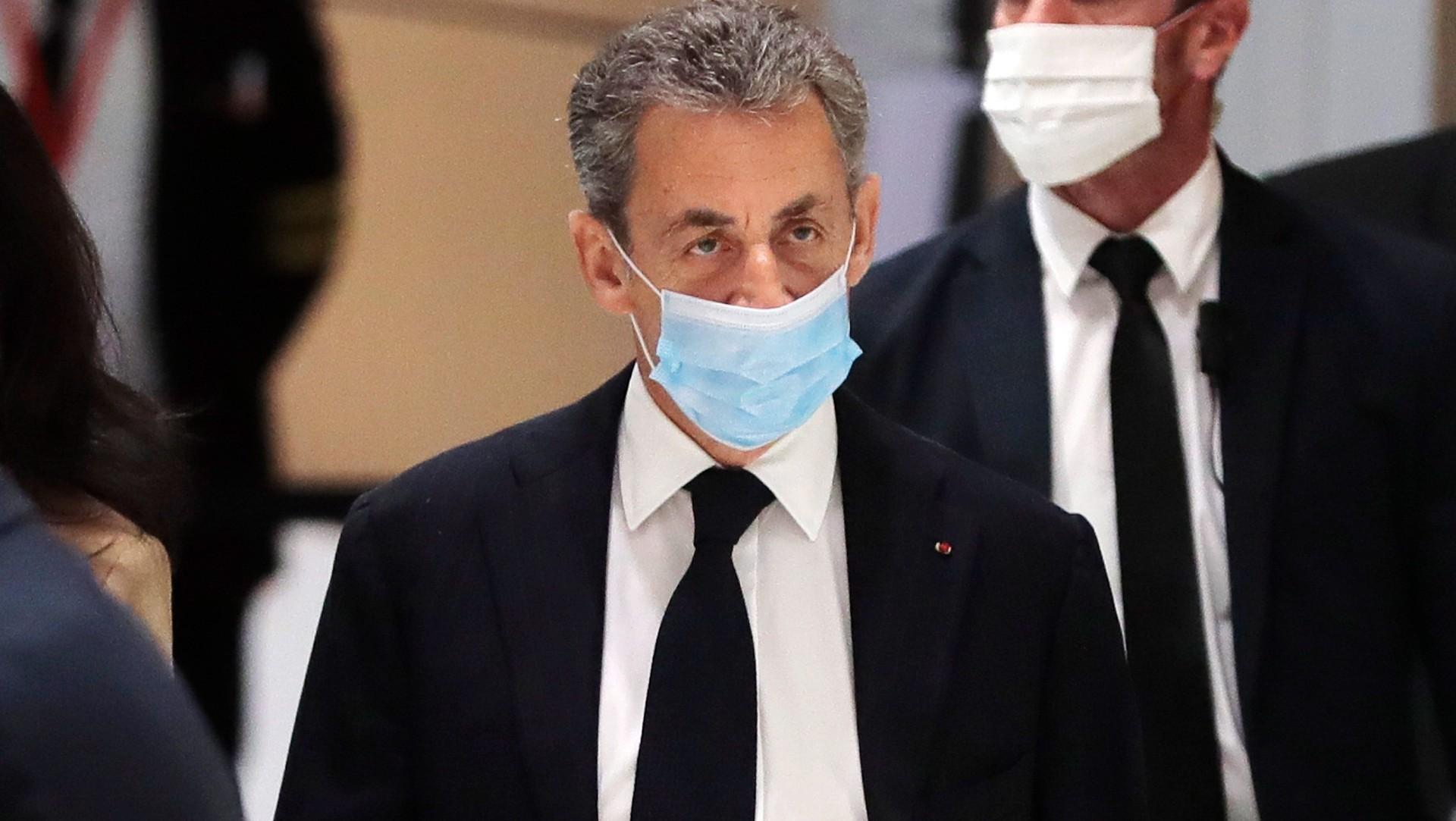 Sarkozy se sienta en el banquillo de los acusados, pero aplazan juicio