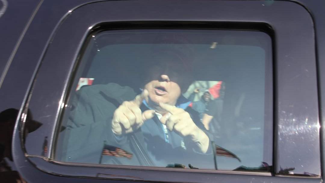 El presidente Donald Trump pasó lentamente en su caravana de autos frente a cientos de sus seguidores reunidos cerca de la Casa Blanca