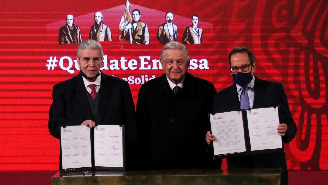 """Carlos Aceves del Olmo, Andrés Manuel Löpez Obrador y Carlos Salazar Lomelí durante la firma de convenio sobre el """"outsourcing"""""""