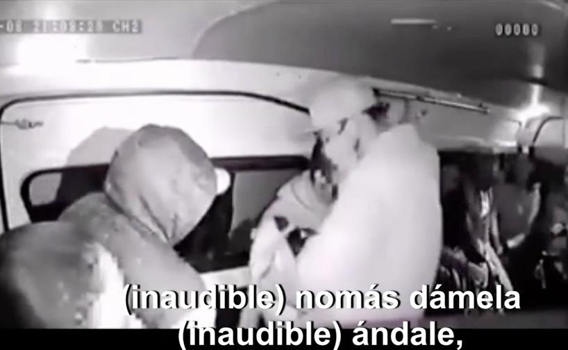 Delincuente regresa documento a pasajera durante asalto en Neza, video
