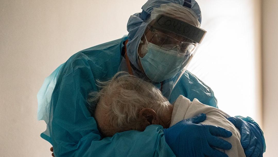Médico consuela a abuelito con COVID-19 y se vuelve viral