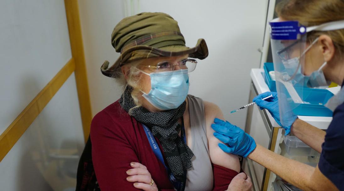 Así fue la primera jornada de la aplicación de la vacuna contra el covid en Reino Unido en fotos