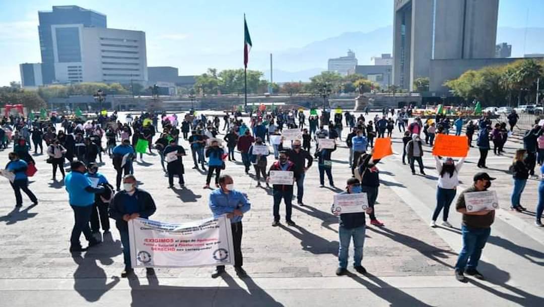 Maestros en Monterrey protestan para exigir el pago de sus aguinaldos