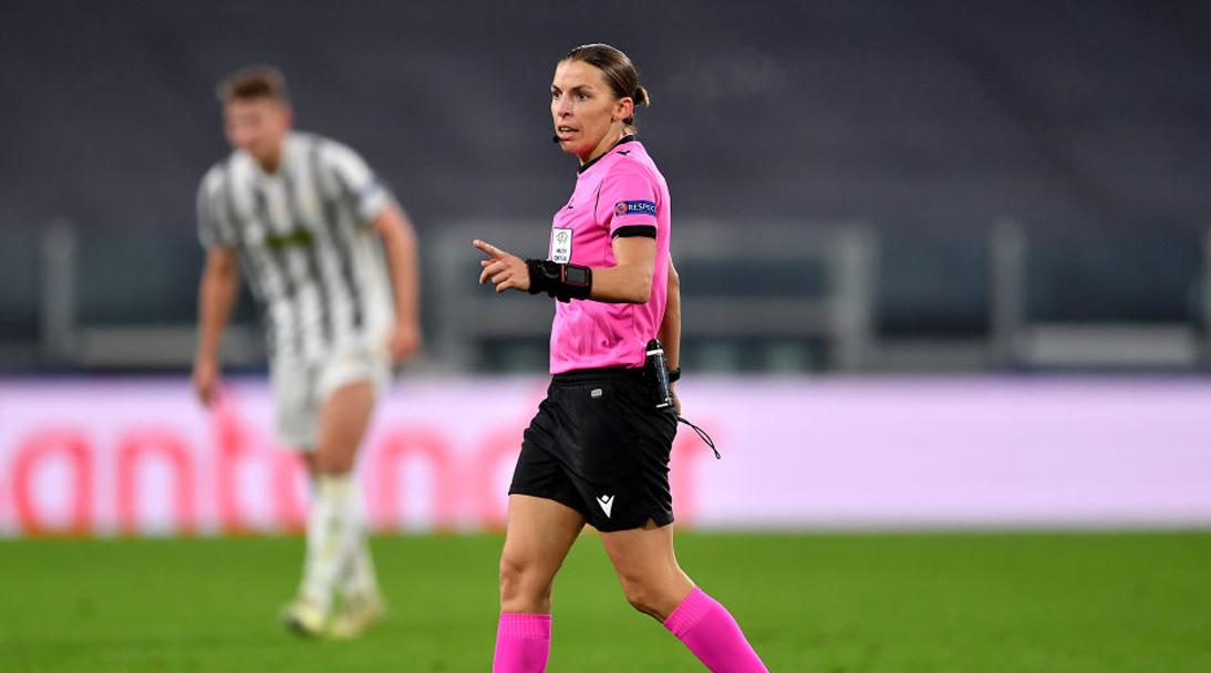Stephanie Frappart es la primera mujer en dirigir un partido de Champions League varonil