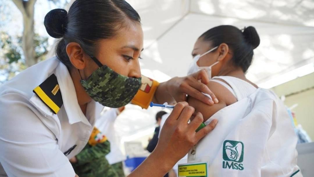 Médicos del Sector Salud, incluidos los de la Operación Chapultepec del IMSS, reciben la vacuna contra el COVID-19