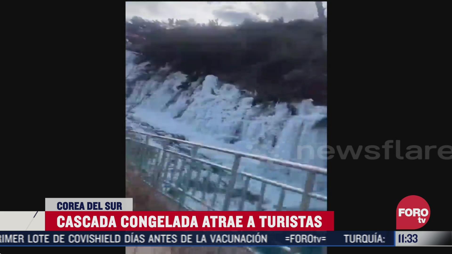 cascada congelada atrae a turistas en corea del sur