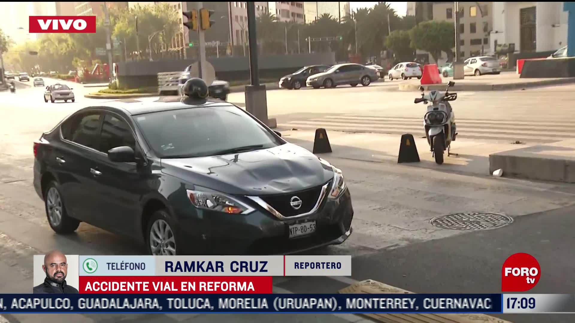 Choque entre auto y moto termina en riña en Reforma