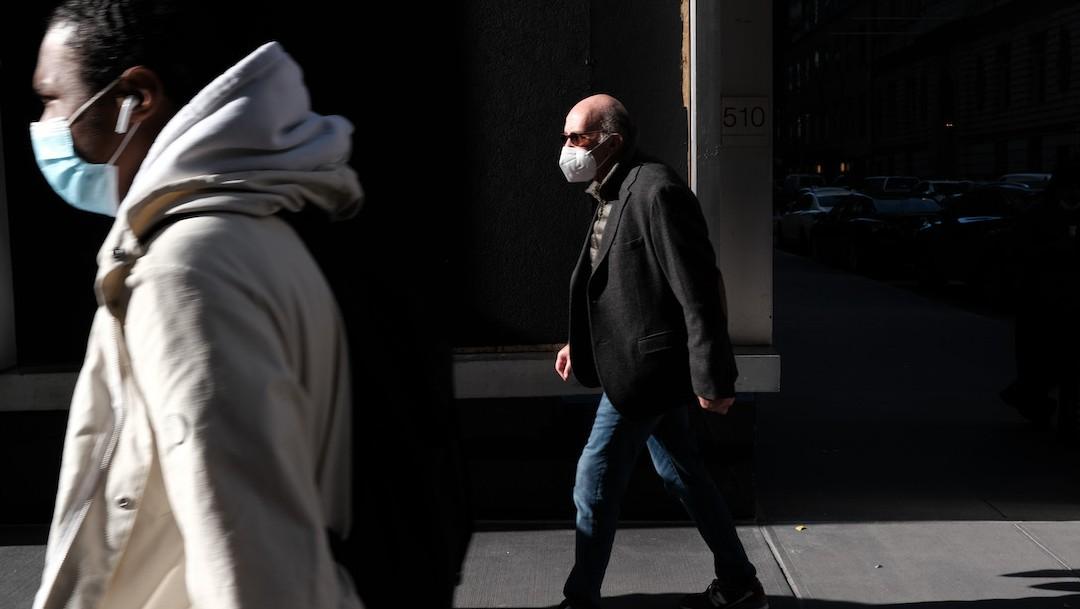 La gente camina por el centro de Manhattan, New York (Getty Images)