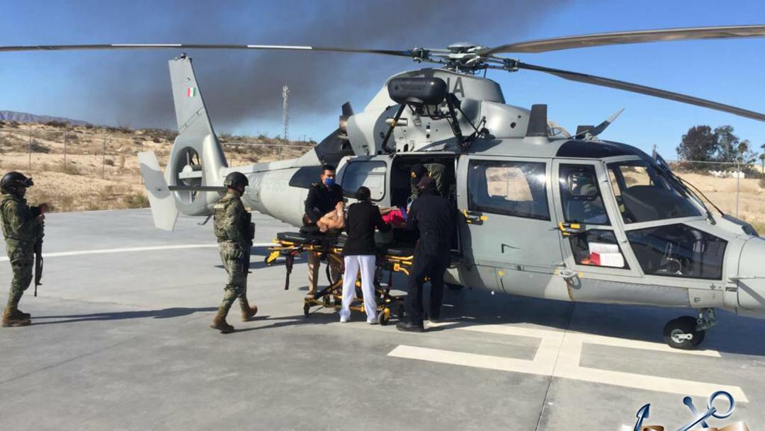 Personal Naval brinda atención médica a los tripulantes que sufrieron lesiones. (Foto: @SEMAR_mx)