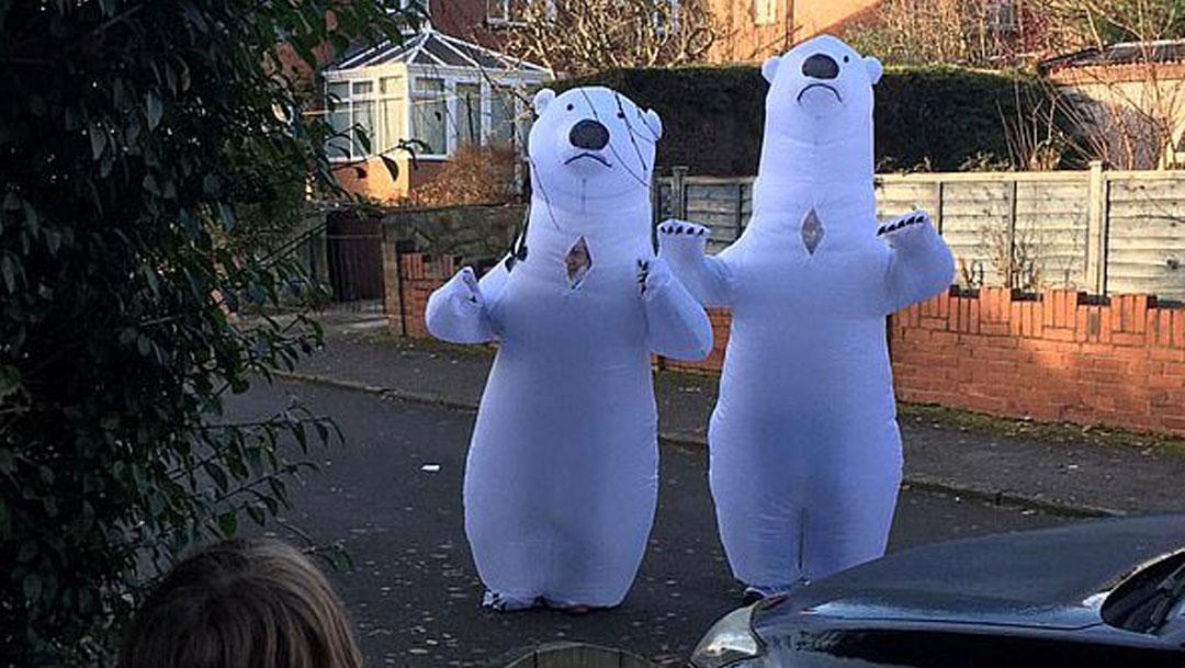 Las conmovedoras fotos de abuelitos se disfrazan de osos polares para poder abrazar a sus nietos se volvieron virales y enternecieron al internet