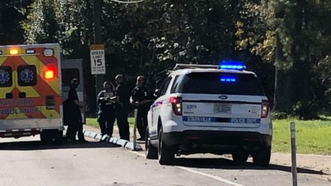 Fotografía que muestra una patrulla y una ambulancia en la comunidad de Starville, en Texas