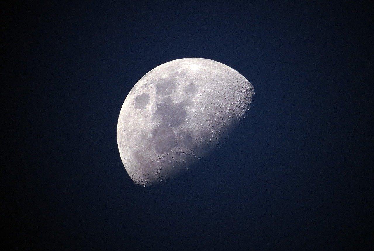 Registran movimiento de la luna durante ciclo lunar en fotos