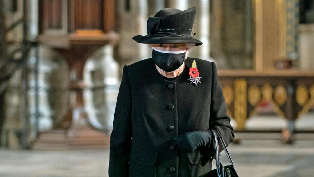 La reina Isabel con cubrebocas (Reuters)