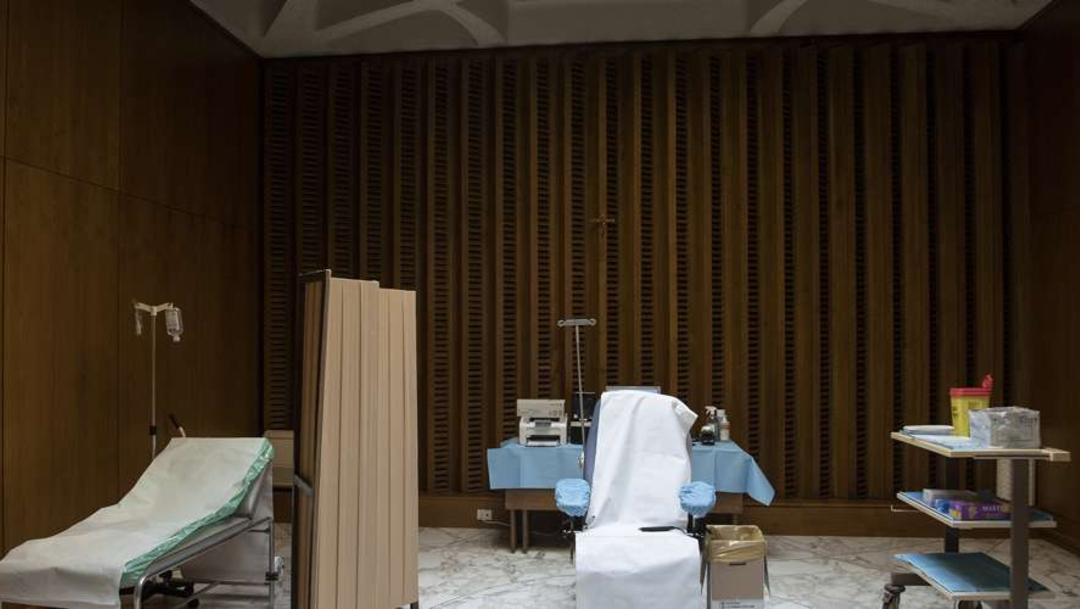 Preparativos para la vacunación en el atrio del Aula Pablo VI