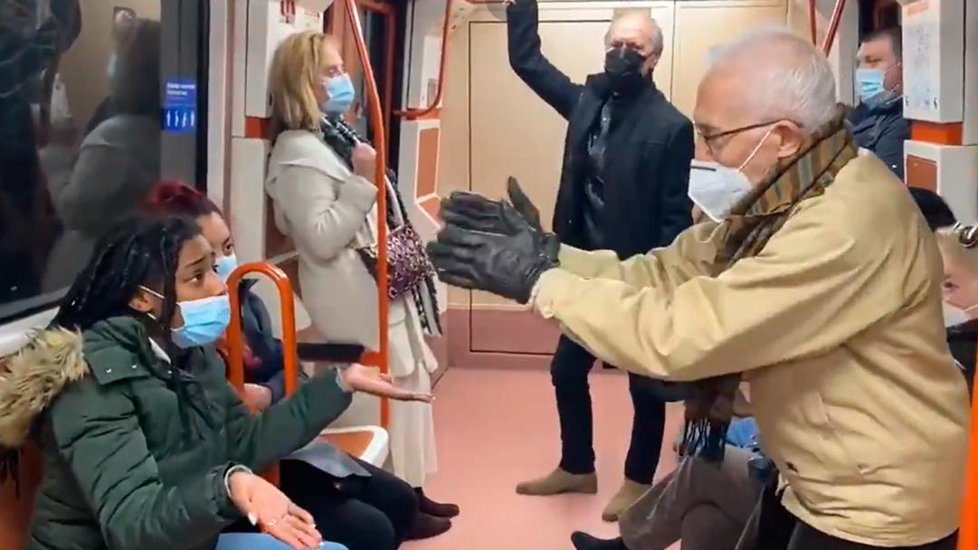 El anciano insulto a la mujer por no usar correctamente el cubrebocas en el metro y ella respondió