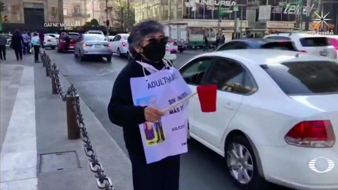 Adultos mayores, que empacaban en supermercados, piden ayuda en calles de CDMX