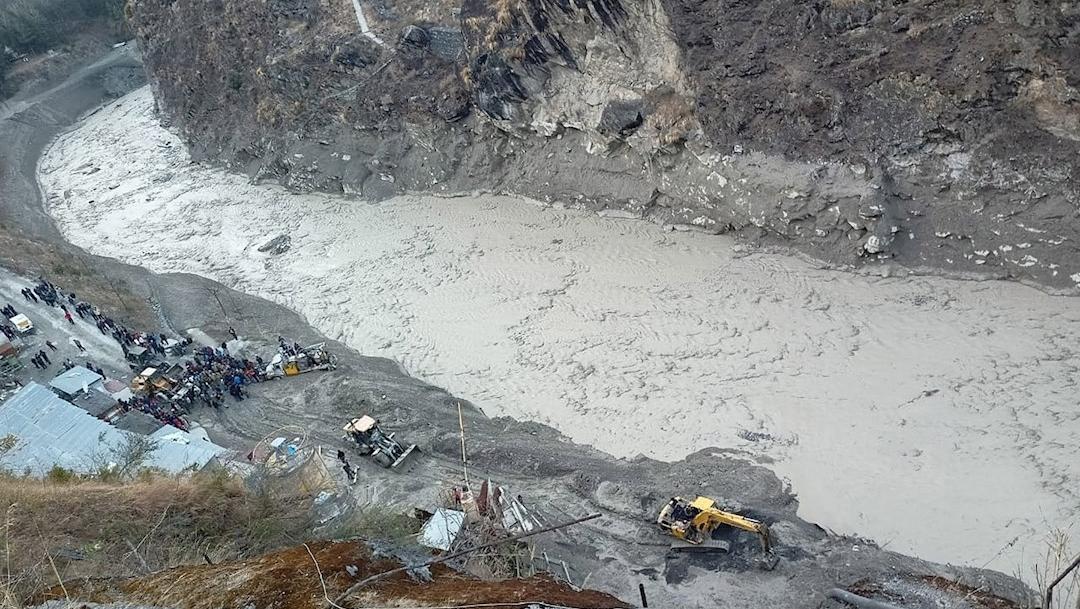 Una gran avalancha de agua y lodo golpeó este domingo una zona montañosa en el norte de la India