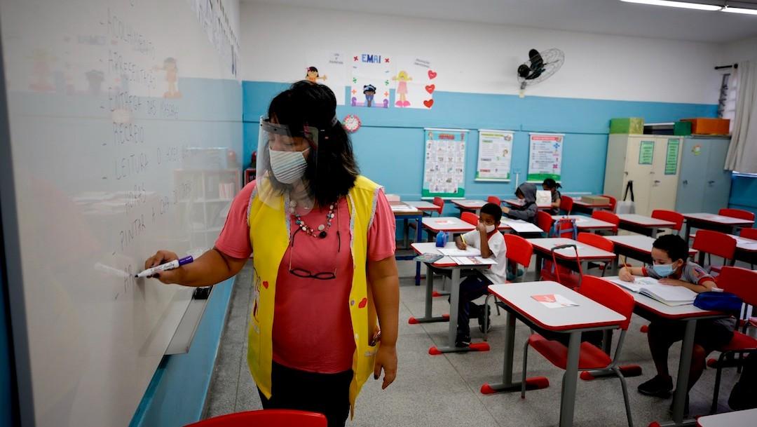 Niños retoman las clases hoy en la escuela estatal Raúl Antonio Fragoso, en Sao Paulo, Brasil (EFE)