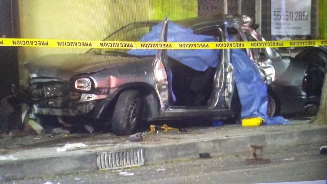Un auto compacto chocó con la fachada de una casa en la colonia Casas Alemán
