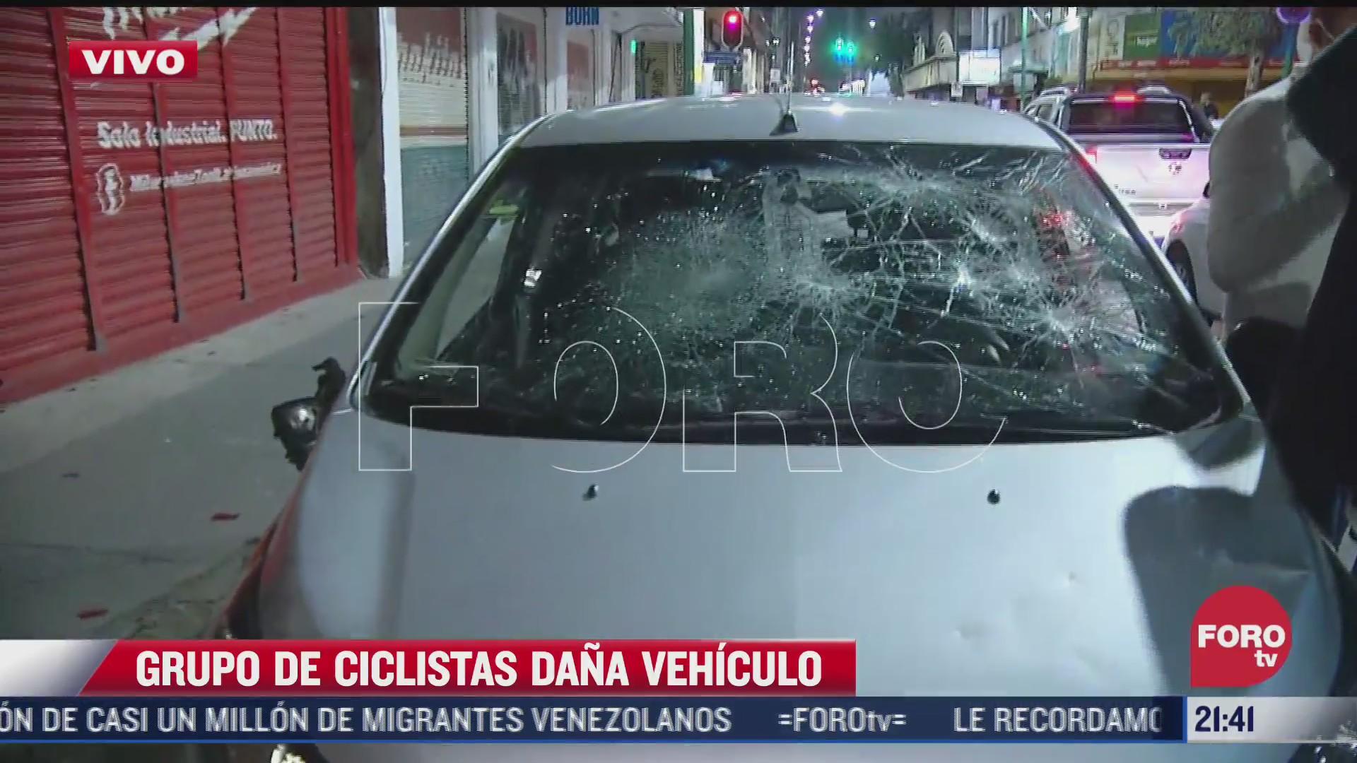 carro destrozado por ciclistas durante manifestacion en CDMX hoy