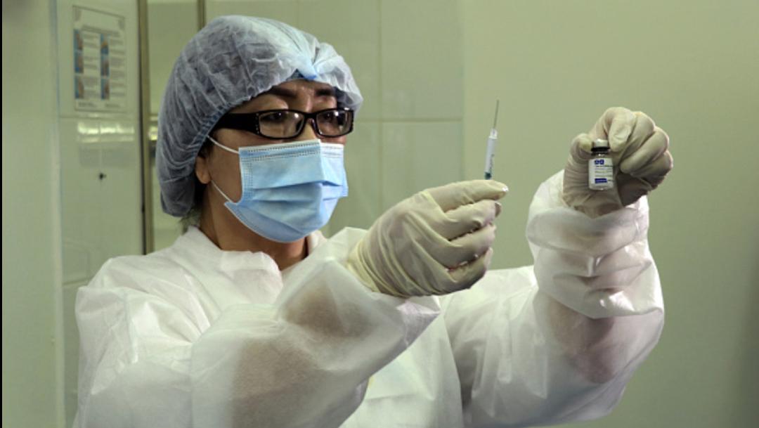 Enfermera con vacuna rusa Sputnik V