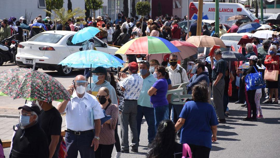 La primera jornada de vacunación contra COVID-19 en Ecatepec tuvo largas filas y horas de espera