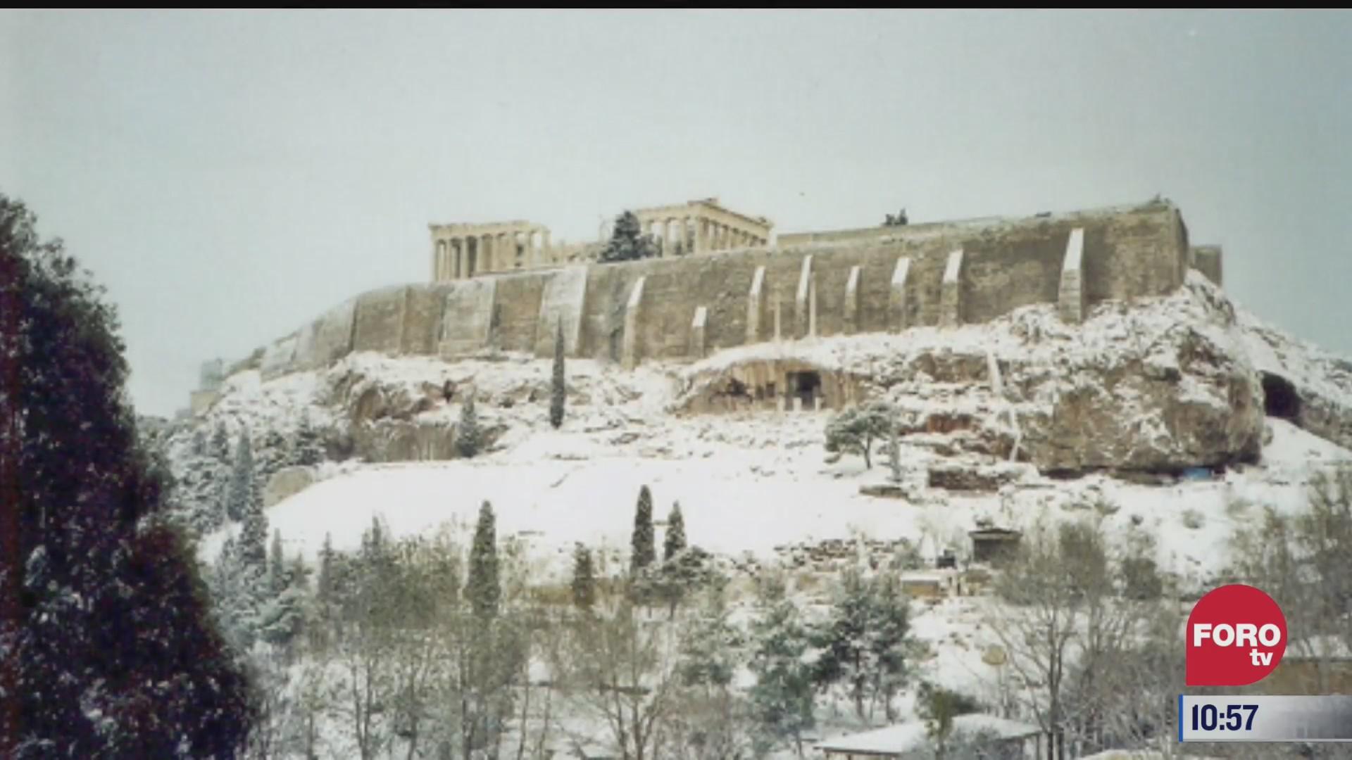 historicas nevadas cubren de blanco la acropolis de grecia