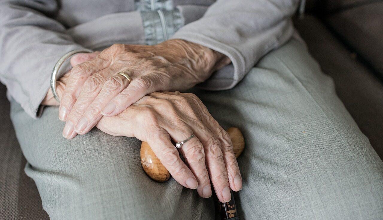 Hombre fractura brazos a abuelita en Colombia
