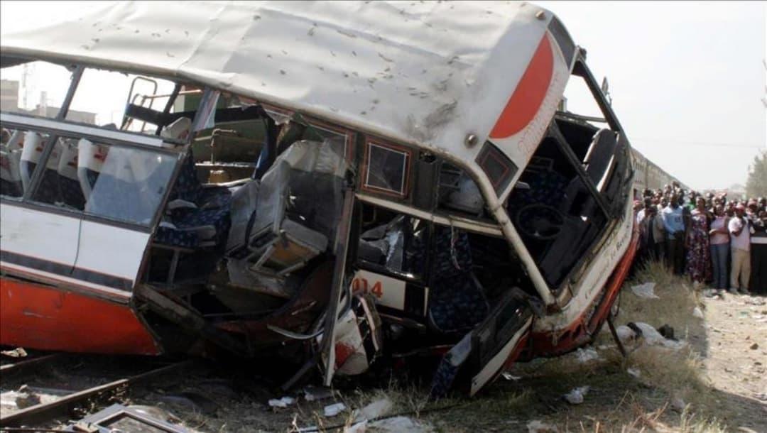 Mueren 14 personas en India por choque de camión contra autobús de peregrinos