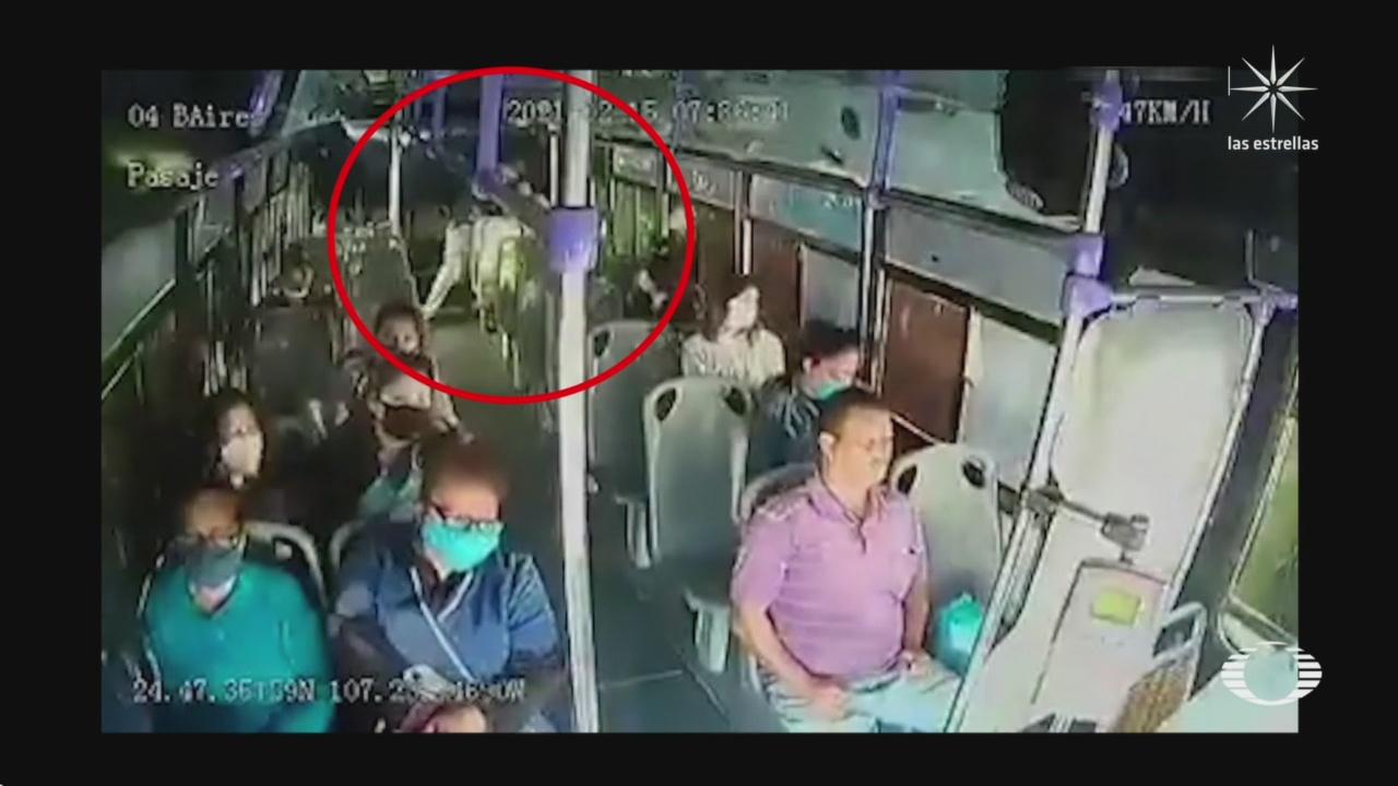mujer es apunalada en transporte publico por su pareja