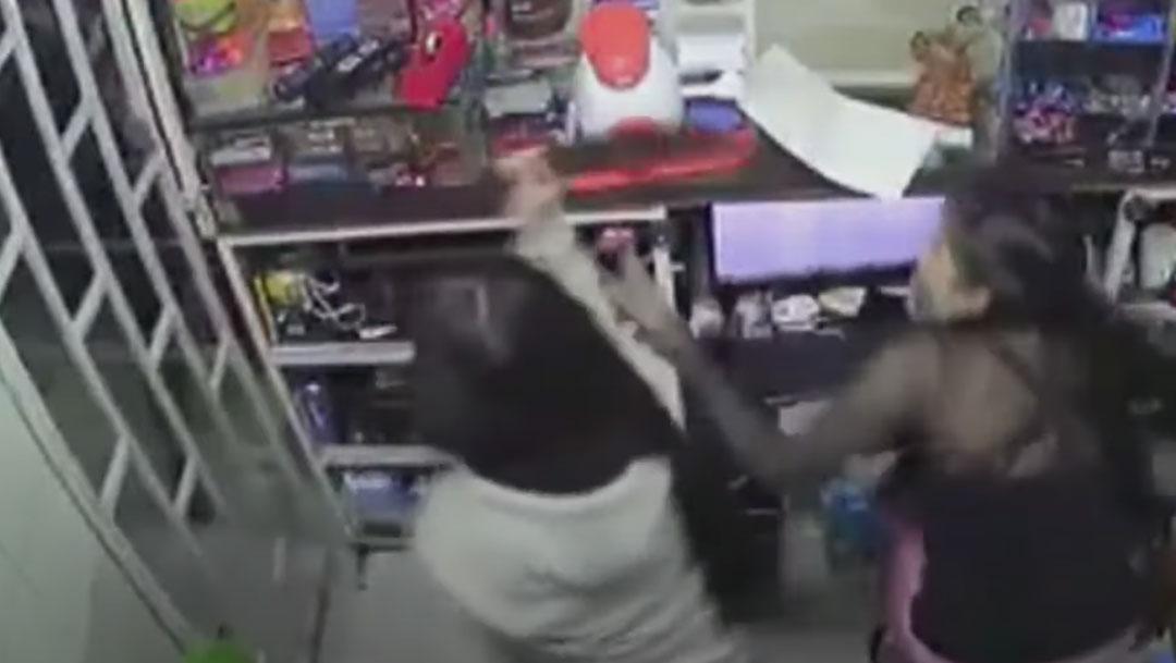En Colombia, un video muestra como una niña de 14 años enfrentó con un machete a unos asaltantes. Su madre resultó herida