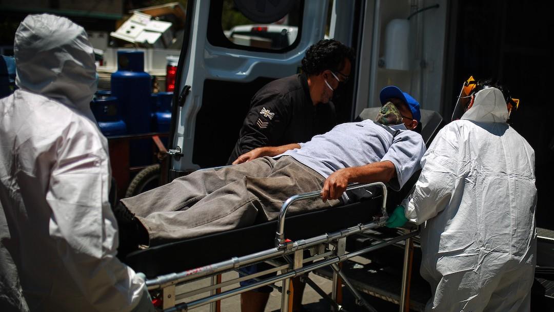 Paciente COVID-19 en México es trasladado en camilla (Getty Images)