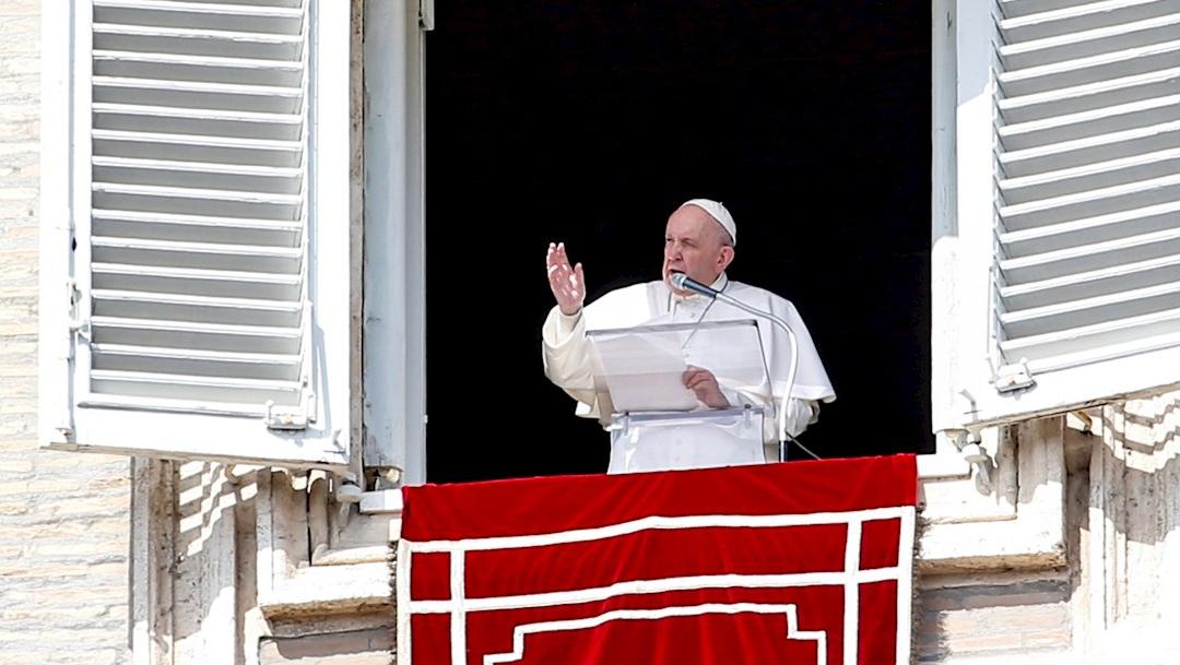 El papa Francisco asomado a la plaza de San Pedro desde el palacio pontificio