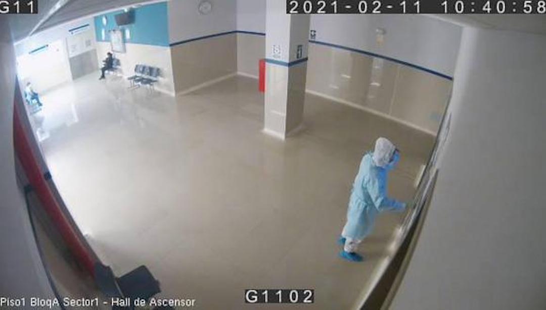 Policía Viste Médico Padre Enfermo COVID-19